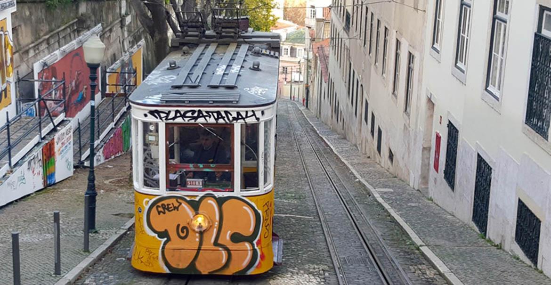 portugal lisbonne streetart tramway