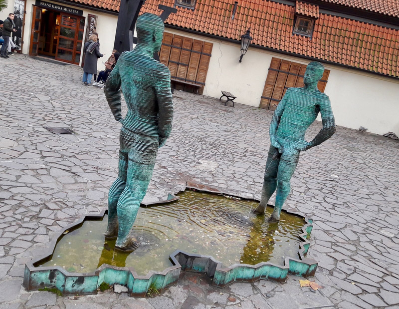 prague republique tcheque david cerny art sculpture piss