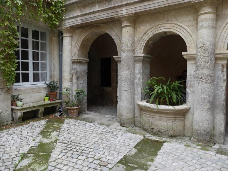 Nîmes gard romain arènes patio